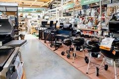 有装置的烤肉大选择的霍恩巴赫DIY商店 库存图片