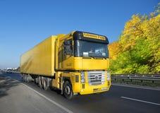 有装载的黄色拖车在轨道 免版税库存照片
