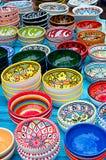 有装饰品的五颜六色的碗,垂直 库存图片
