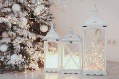 有装饰品的圣诞节在乌贼属的灯笼和雪在树附近定调子 免版税图库摄影