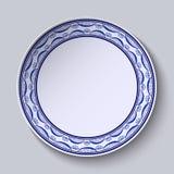有装饰品的板材在绘画gzhel样式在瓷的 与花的稀薄的样式在边缘 免版税库存图片