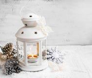 有装饰品的白色圣诞节灯笼在被绘的木头 免版税库存图片