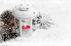 有装饰品的白色圣诞节灯笼在雪和冰雪花 免版税库存图片
