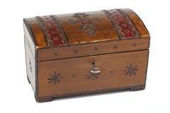 有装饰品的老被抓的木小箱 免版税库存照片