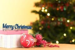 有装饰品的被打开的红色圣诞节礼物盒 库存照片