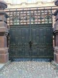 有装饰品的门在对大厦的庭院的入口 免版税图库摄影