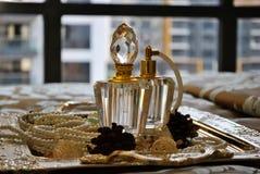有装饰品的香水瓶 免版税库存照片