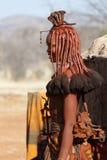 有装饰品的Himba妇女在脖子在村庄 图库摄影