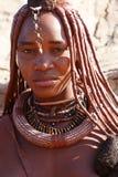 有装饰品的Himba妇女在脖子在村庄 免版税库存图片