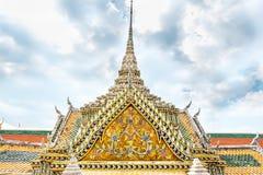 有装饰品艺术屋顶上面的泰国寺庙在蓝天,曼谷Thail 库存照片