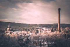 有装饰圆顶的老山工厂和高烟囱在冬天环境美化 您创造性的被弄皱的设计图象混杂的记数法办公室老纸被弄脏的样式纹理使用的葡萄酒 免版税库存照片