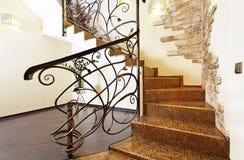 有装饰扶手栏杆和石头装饰的古典马赛克台阶 免版税库存照片