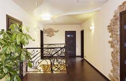 有装饰扶手栏杆的古典台阶在有门的走廊 免版税库存图片