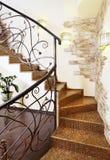 有装饰扶手栏杆的古典马赛克台阶在走廊与 免版税库存图片