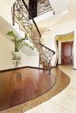 有装饰扶手栏杆的古典马赛克台阶在走廊 库存照片