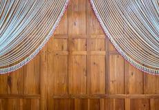 有装饰曲拱的木墙壁在订婚的泰国样式 免版税库存照片