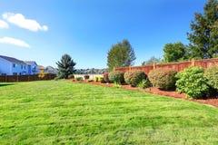 有装饰灌木和草坪的后院土地 库存图片