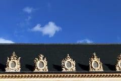 有装饰物的巴黎屋顶环绕了窗口蓝天 免版税图库摄影