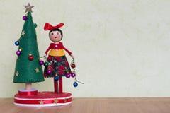 有装饰用五颜六色的球、礼物和雪人的夫人的圣诞树玩具 免版税库存图片
