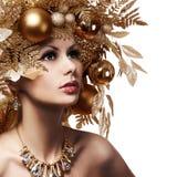 有装饰的发型的圣诞节女孩 美丽的纵向 免版税库存图片