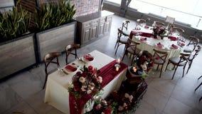 有装饰的宴会大厅的婚礼 股票录像