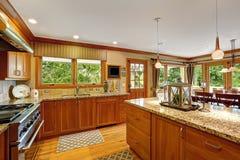 有装饰的海岛的大厨房室 免版税库存图片