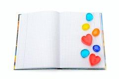 有装饰的笔记本以被隔绝的心脏的形式 免版税库存照片