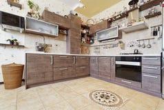 有装饰的美丽的木乡村模式的厨房 免版税库存照片