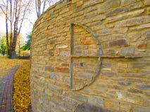 有装饰的,与箭头, Kamenets Podolskiy,乌克兰的弓古老篱芭 库存照片