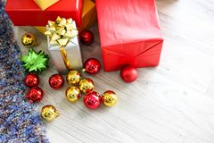 有装饰的,Christmastime庆祝圣诞礼物箱子 免版税库存照片