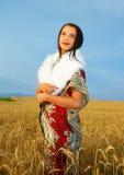 有装饰礼服和白色毛皮的少妇 免版税库存照片
