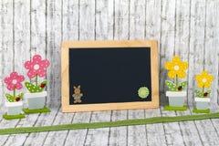 有装饰花的空白的黑板 库存照片