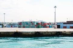 有装货和卸载的工业船坞在博斯普鲁斯海峡的海运在伊斯坦布尔,土耳其 运输,存贮 免版税库存照片