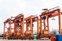 有装货和卸载的工业船坞在博斯普鲁斯海峡的海运在伊斯坦布尔,土耳其 运输,存贮 免版税库存图片