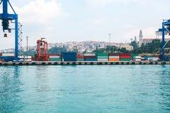 有装货和卸载的工业船坞在博斯普鲁斯海峡的海运在伊斯坦布尔,土耳其 运输,存贮 库存图片
