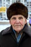 有裘皮帽的骄傲的俄国老人在冬天 库存图片