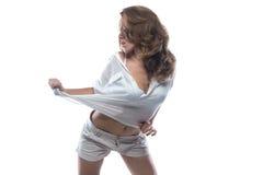 有裸体腹部的跳舞的白肤金发的妇女 免版税库存照片