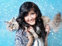 有西伯利亚面具猫的微笑的妇女 免版税库存照片