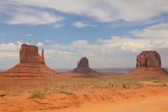 有西部手套小山、东部手套小山和梅里克小山的全景在纪念碑谷 arizonian 免版税图库摄影