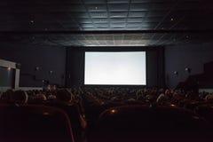 有观众的空的戏院屏幕 免版税库存图片