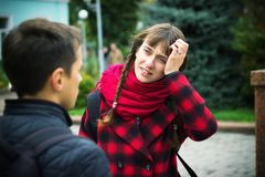有观点的一名年轻学生的妇女头疼由于重音和忧虑在学校 免版税库存照片
