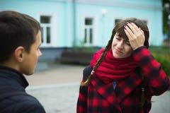 有观点的一名年轻学生的妇女头疼由于重音和忧虑-在学校烧光 免版税库存图片