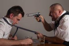 有观点的两的商人打扑克和战斗 库存照片