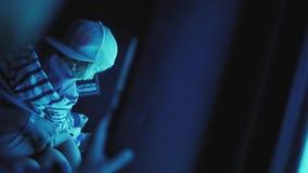 有观看在潜水艇的女孩的一名妇女舷窗 影视素材