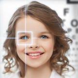 有视力检查表的逗人喜爱的女孩 库存照片