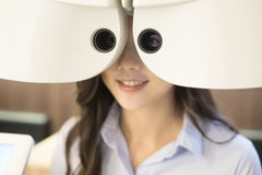 有视力测定的妇女 库存照片