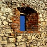 有视域窗口的老城堡墙壁 免版税库存图片