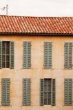 有视窗和快门的法国房子 免版税库存照片