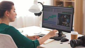 有视频编辑器节目的妇女在计算机上 股票视频