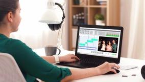 有视频编辑器节目的妇女的膝上型计算机在家 股票视频